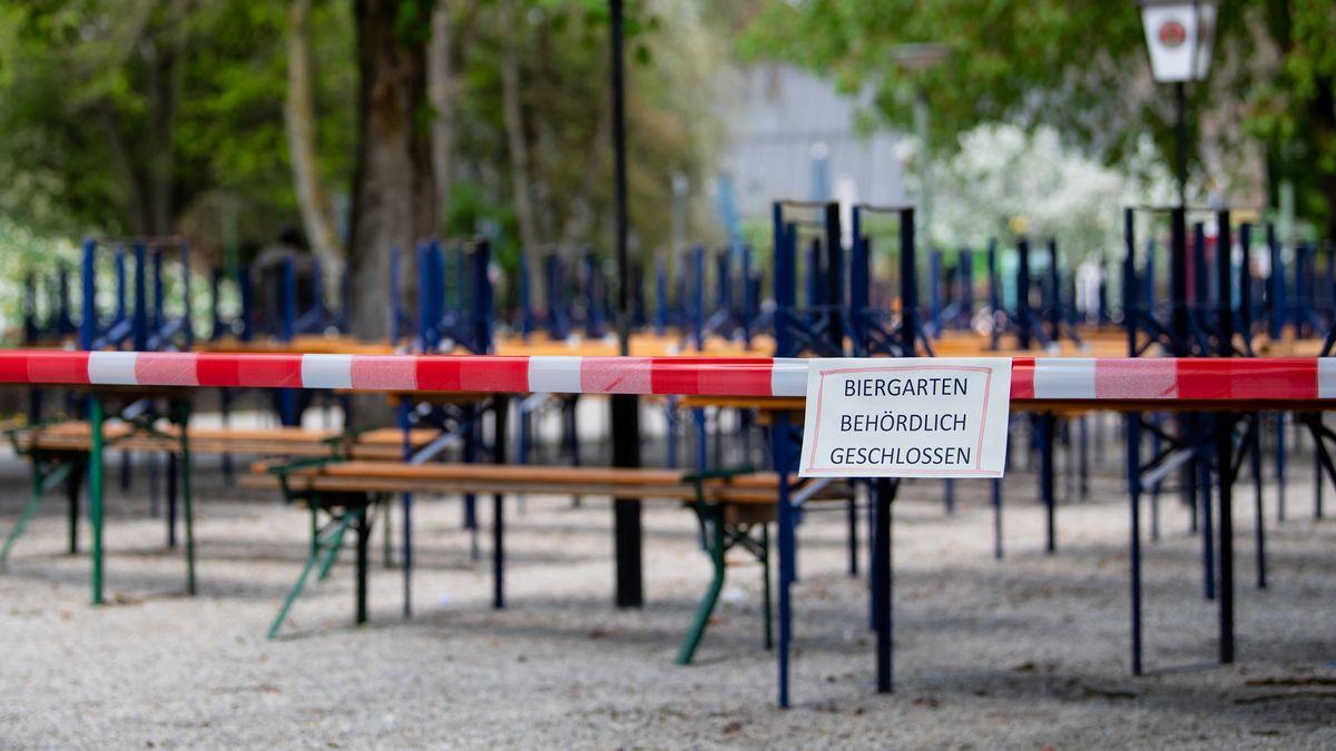 München: Menschenleer zeigt sich ein Biergarten mit gestapelten Bänken und Tischen im Westpark.