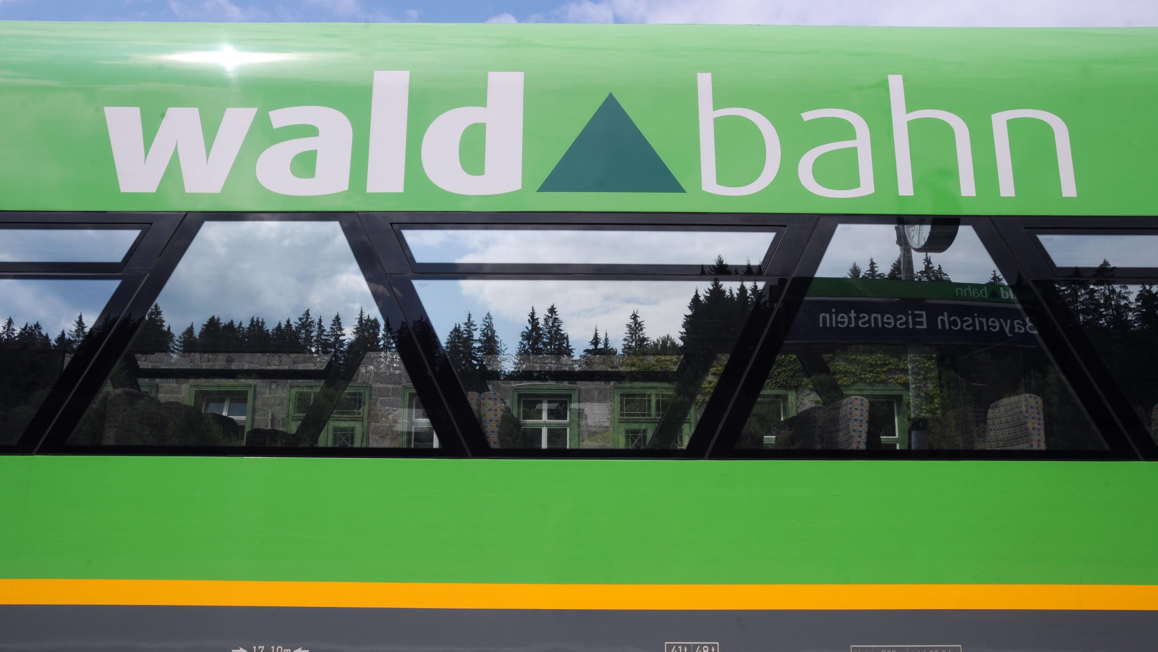 Ein Zug der Bayerischen Waldbahn