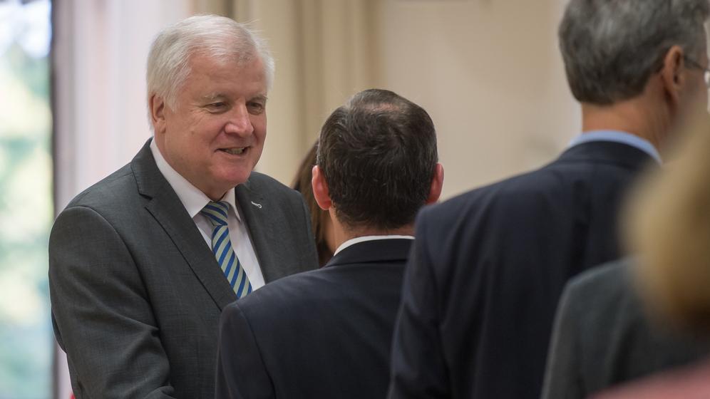 Horst Seehofer begrüßt Hubert Aiwanger  | Bild:dpa-Bildfunk/ Foto: Peter Kneffel
