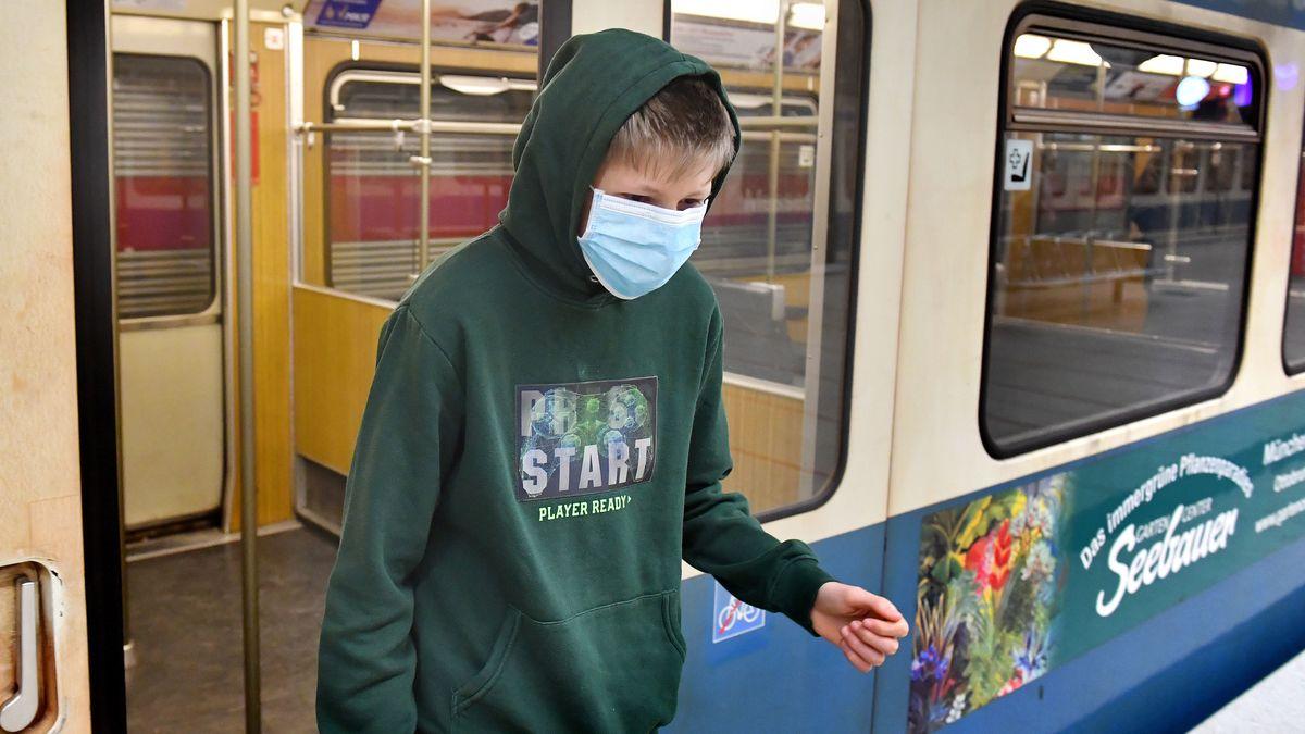Junge mit Maske in der Münchner U-Bahn
