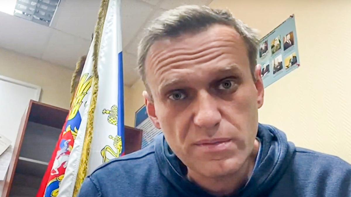 Das Videostandbild des Youtube-Kananals «Navalny Life» zeigt Kremlkritiker Alexej Nawalny, wie er in einer Polizeistation in Chimki im Moskauer Gebiet auf eine Gerichtsverhandlung wartet.