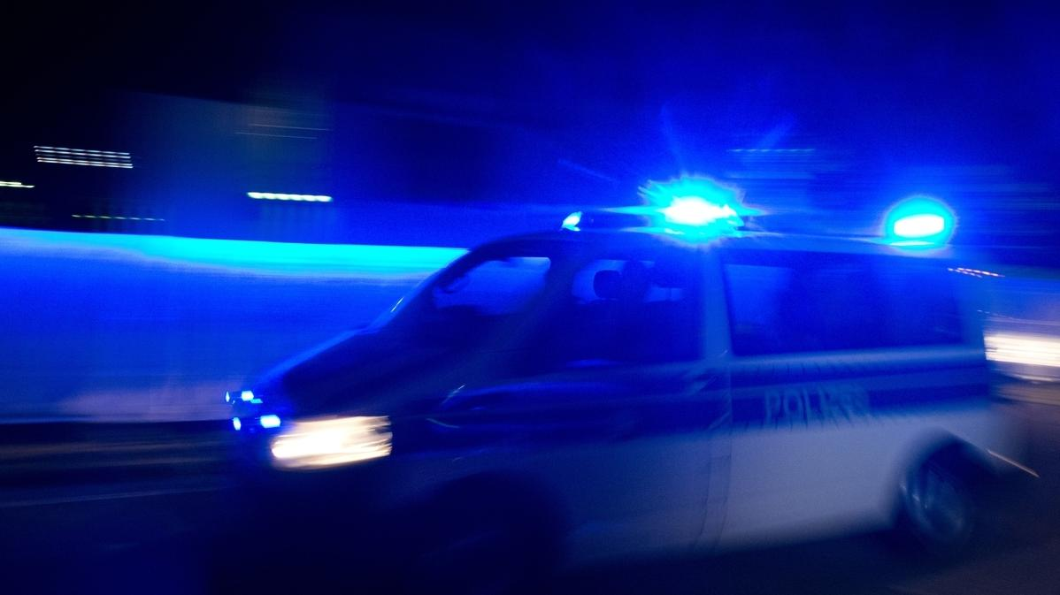 Symbolbild: Blaulicht und Polizeiwagen