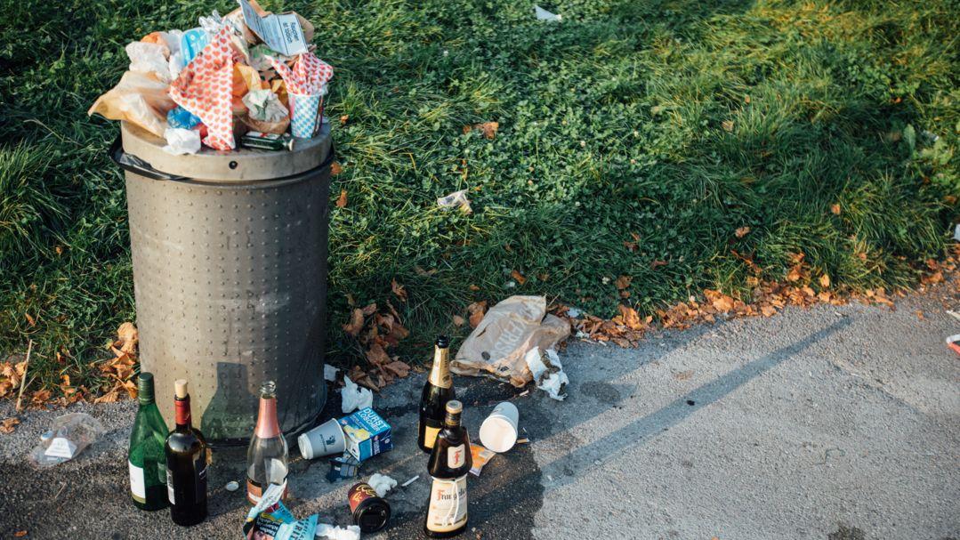 Symbolbild: Überfüllter Mülleimer