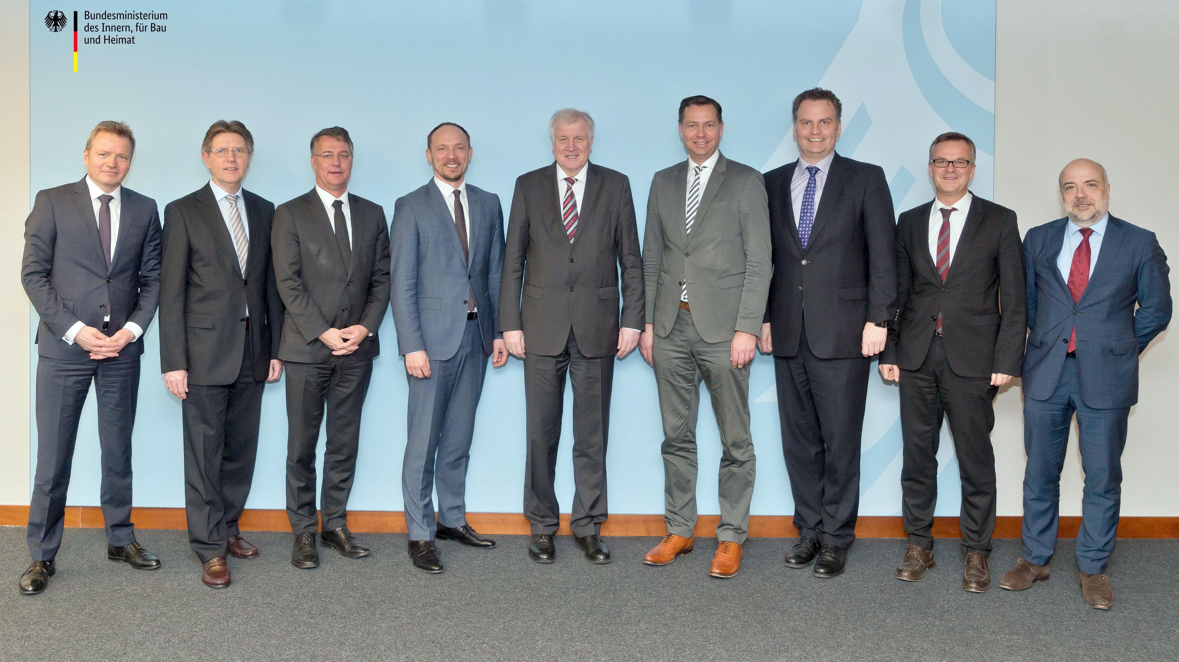 Archivbild: Seehofer und seine Staatssekretäre vor einem Jahr
