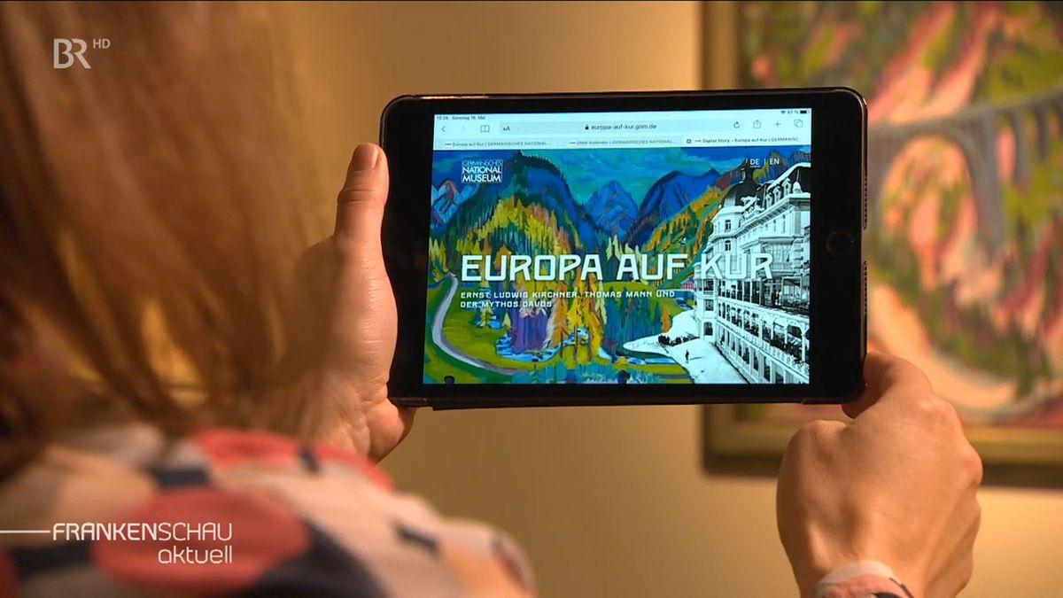 Eine Frau hält ein Tablet in der Hand