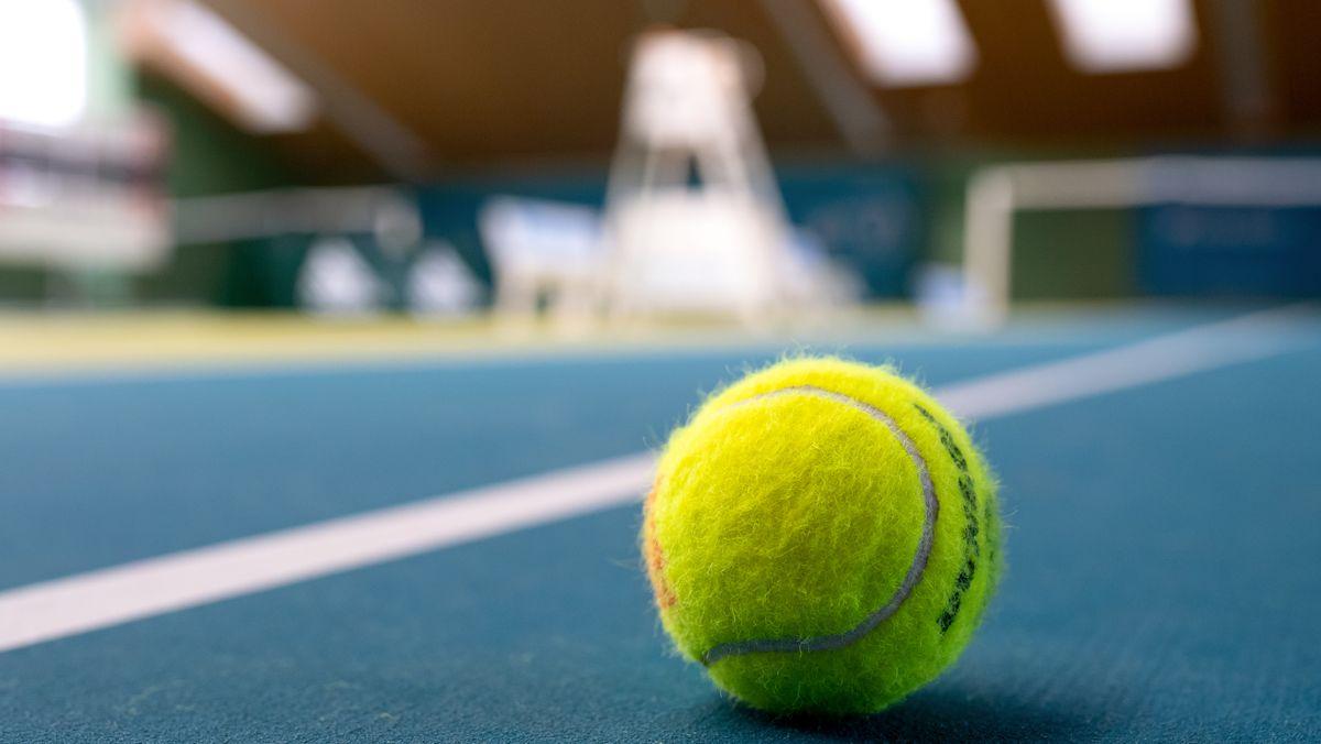 Tennisball in einer leeren Tennishalle