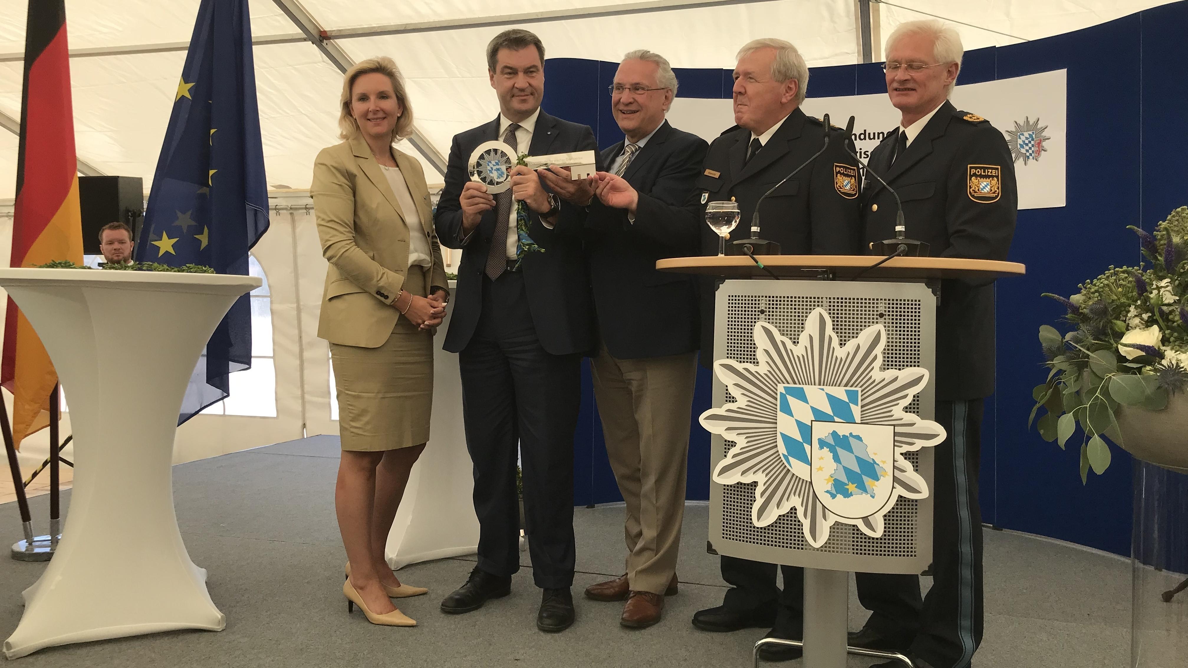 Symbolische Schlüsselübergabe an die neue gegründete bayerische Grenzpolizei