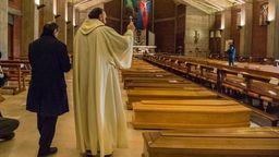 Ein Priester segnet Särge in einer italienischen Kirche. | Bild:Fotogramma/IPA/ABACA/picture alliance
