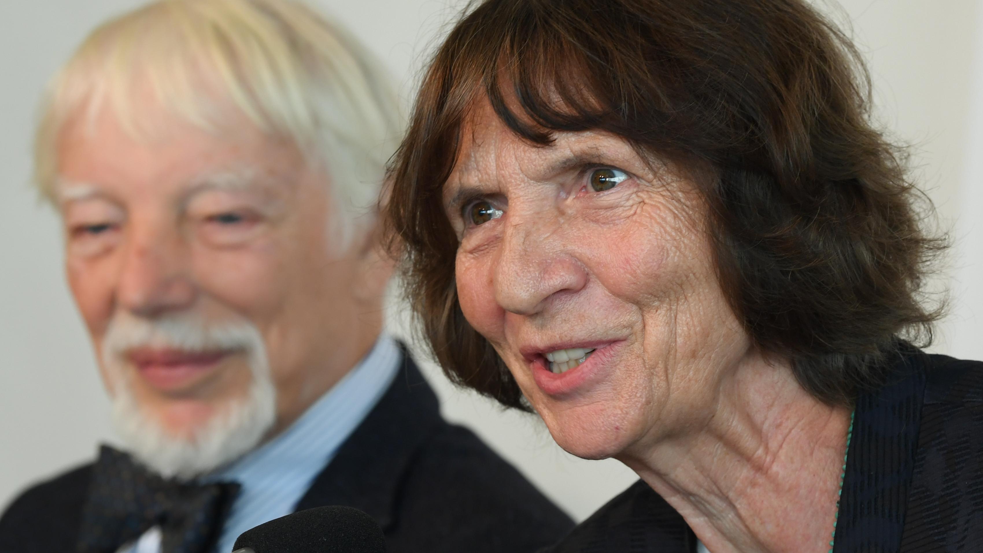 Aleida Assmann, Literatur- und Kulturwissenschaftlerin, spricht auf der Frankfurter Buchmesse während einer Pressekonferenz neben ihrem Ehemann Jan Assmann, Ägyptologe und Kulturwissenschaftler.