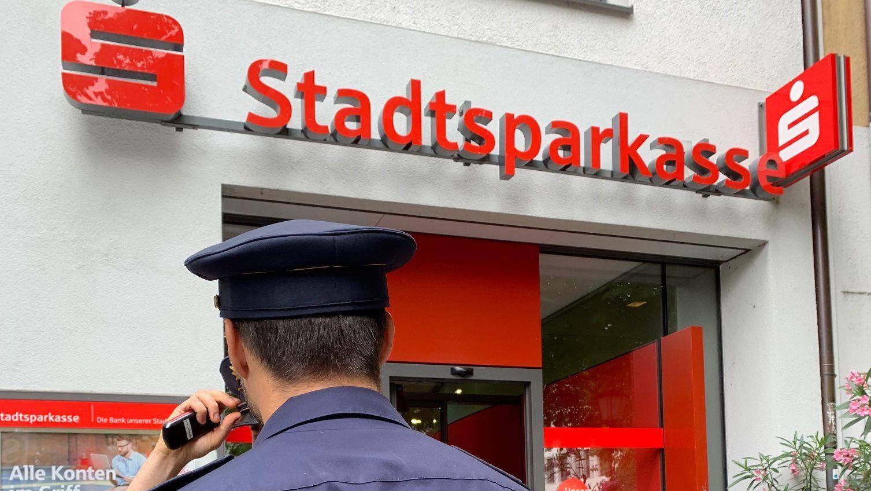 Ein Polizeibeamter nach dem Banküberfall an der Sparkassen-Filiale am Rosenheimer Platz.