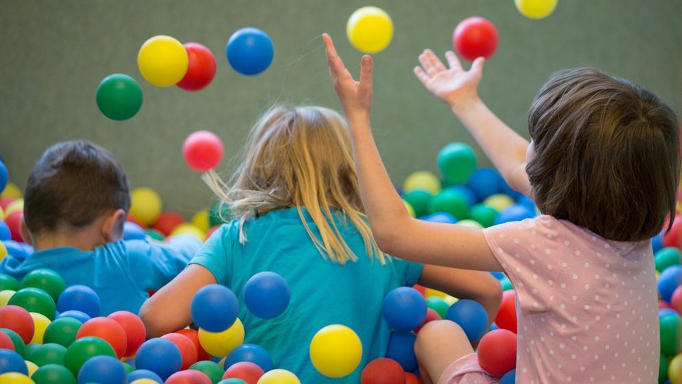 Kinder spielen in einem Bällebad in einer Kindertagesstätte (Kita).  | Bild:picture-alliance/dpa/Friso Gentsch