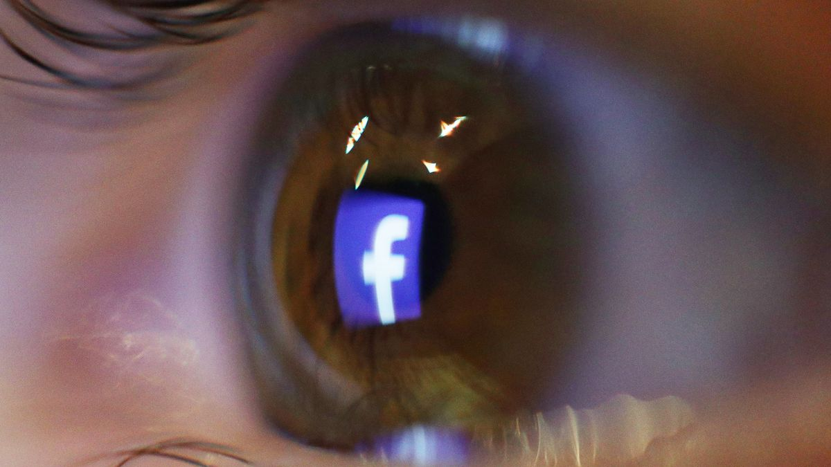 Auge, in dem sich das Facebook-Logo spiegelt.