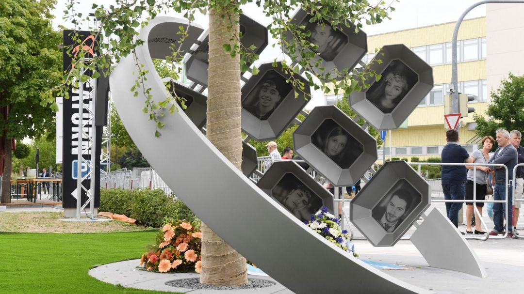 """Das Denkmal """"Für Euch"""" erinnert an die neun Opfer des rassistischen Anschlags vom 22. Juli 2016."""