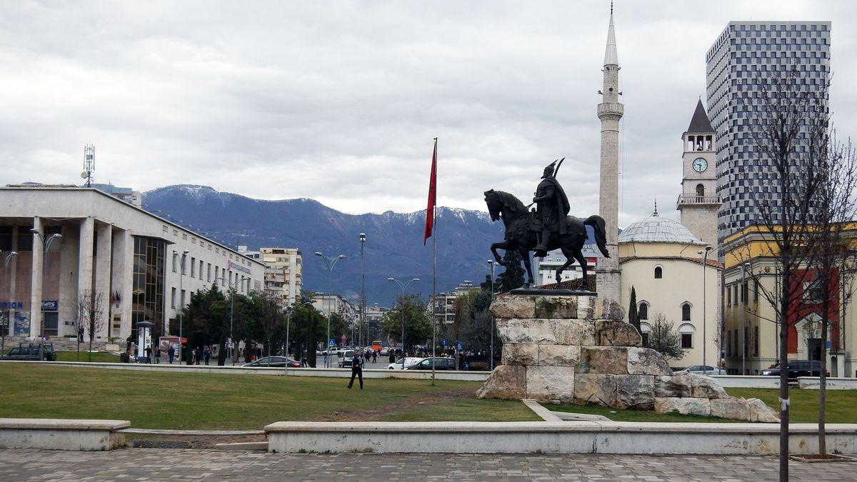 ALBANIEN - Hauptstadt: Tirana Einwohner: 2.800.138 (2011) Amtssprachen: Albanisch Währung: Albanischer Lek (ALL)
