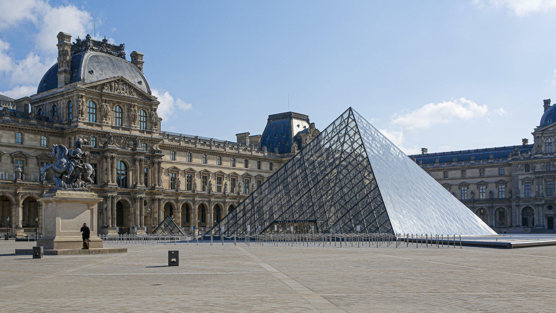 Fast menschenleer ist auch der Platz vor dem Louvre in Paris: In ganz Frankreich starben heute rund 500 Menschen an den Folgen des Coronavirus.