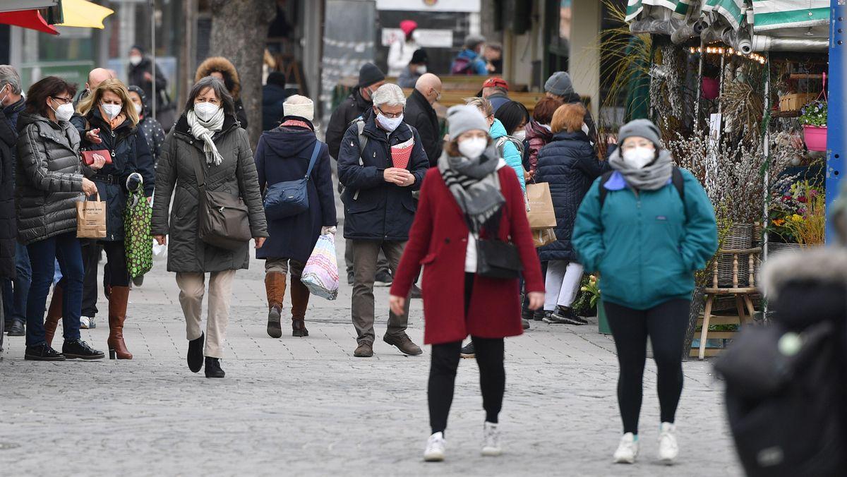 Passanten mit Schutzmaske auf dem Münchner Viktualienmarkt