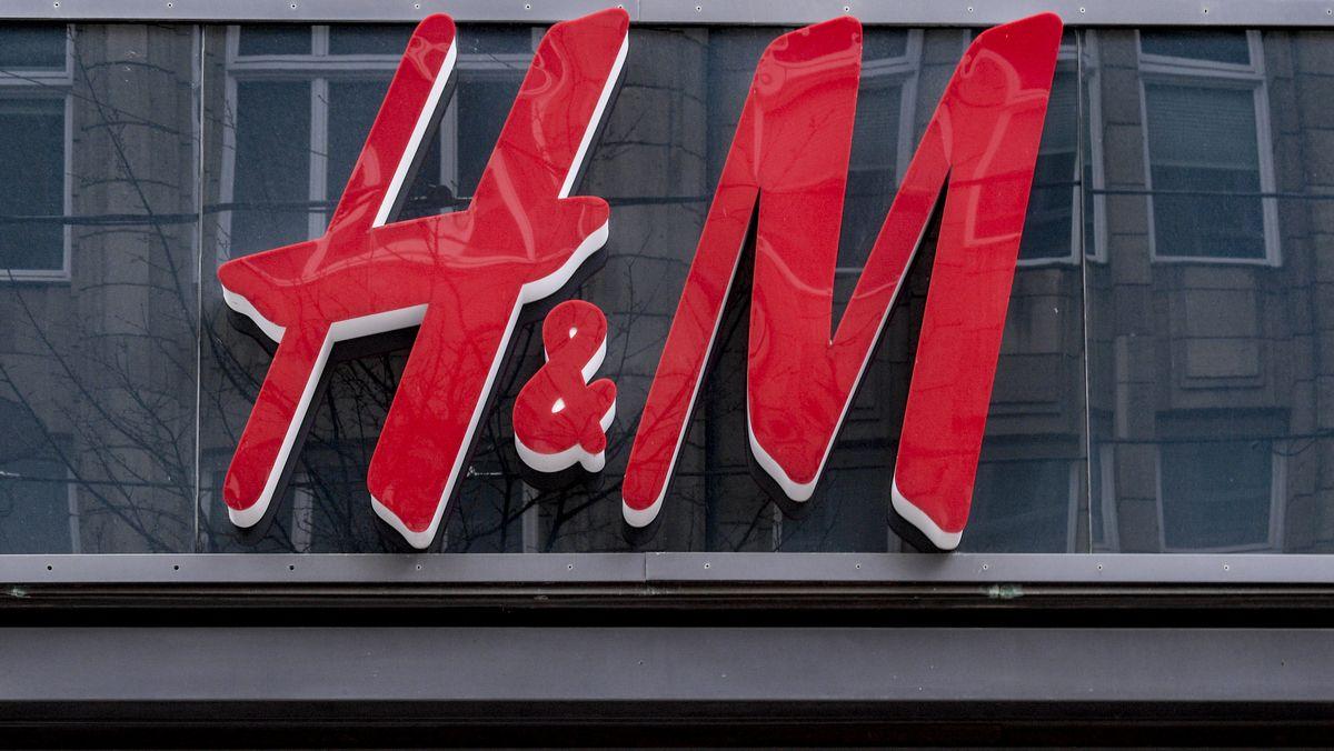 """Schriftzug """"H&M"""" an einer Hausfassade"""