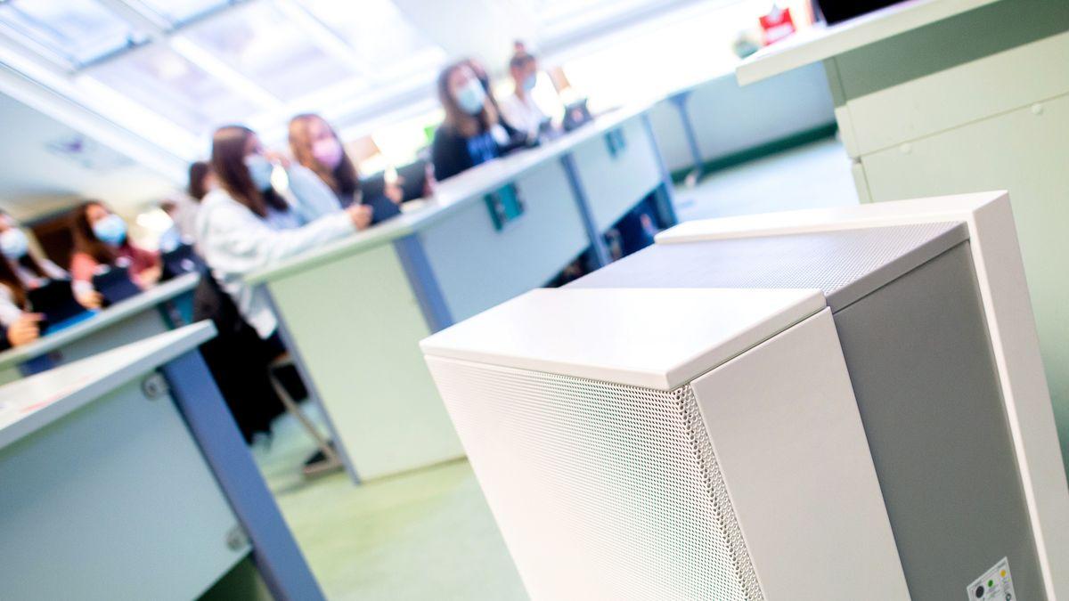 Symbolbild: Raumluftfilter in einem Klassenzimmer