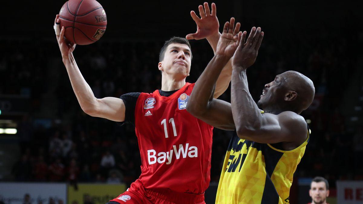 Basketball-BundesligaBasketball-Bundesliga: Vladimir Lucic vom FC Bayern München und Rickey Paulding von den EWE Baskets Oldenburg