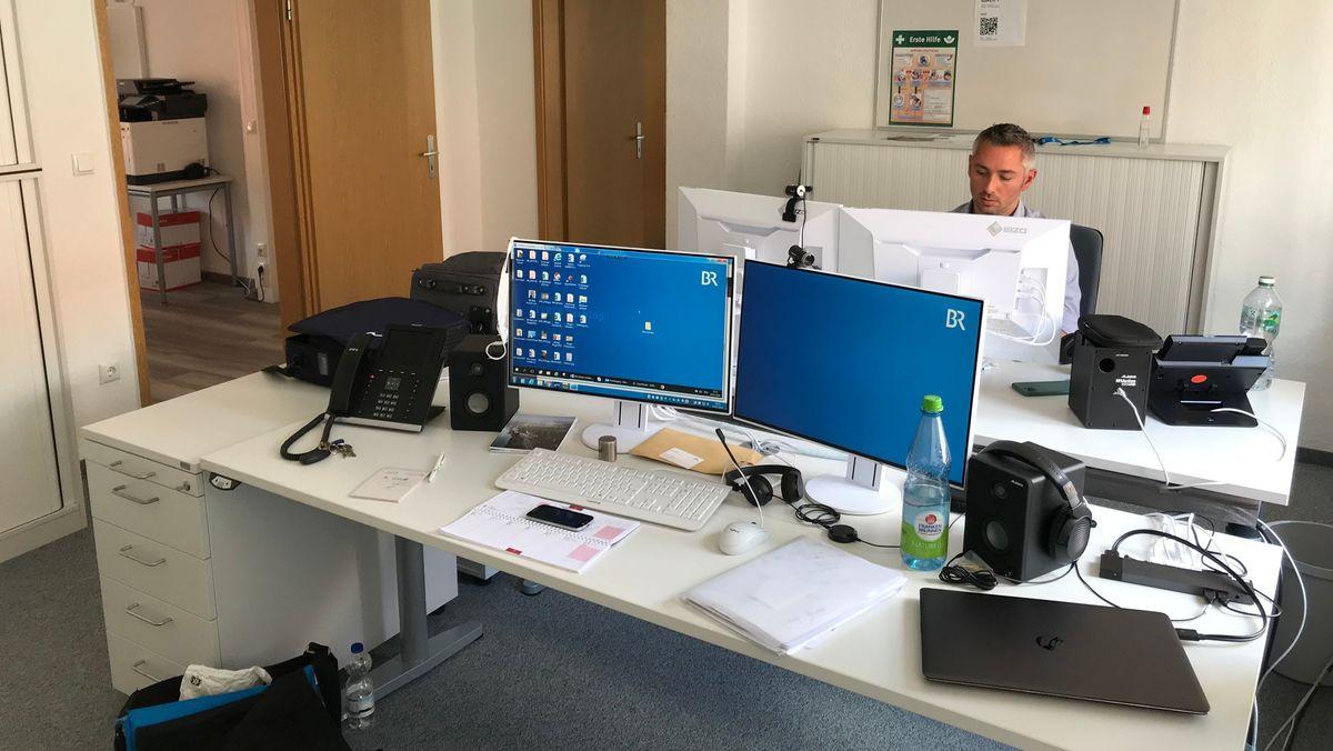 Rudolf Heinz in den neuen Räumlichkeiten des BR-Korrespondenten-Büros in Amberg.