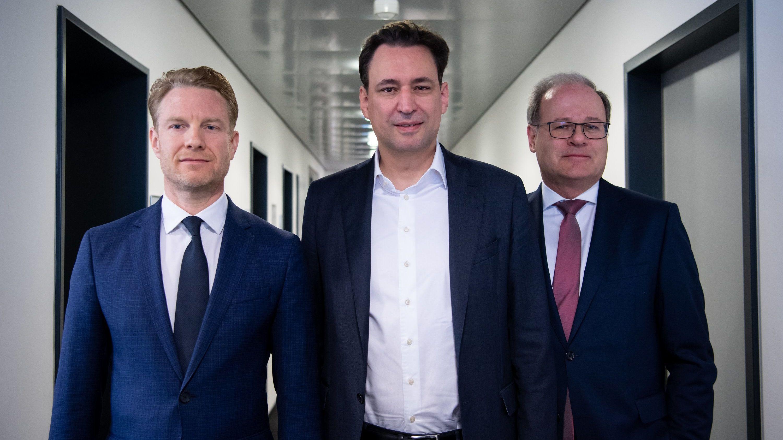 Klaus-Dieter Hartleb (l-r), Oberstaatsanwalt und neuer Hate-Speech-Beauftragter der bayerischen Staatsregierung, Georg Eisenreich (CSU), bayerischer Justizminister, und Reinhard Röttle, Generalstaatsanwalt