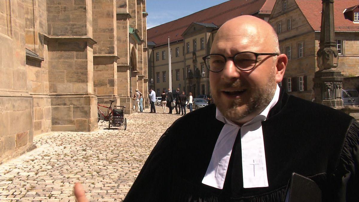 Pfarrer Hannes Schott vor der Bayreuther Stadtkirche