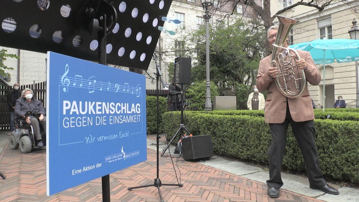 Gegen die Einsamkeit: Musiker spielen vor 60 Seniorenheimen