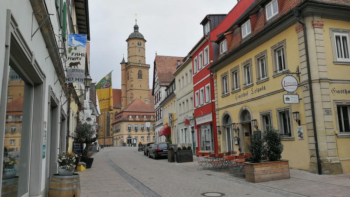 Menschenleere Hauptstraße in Volkach an der Mainschleife