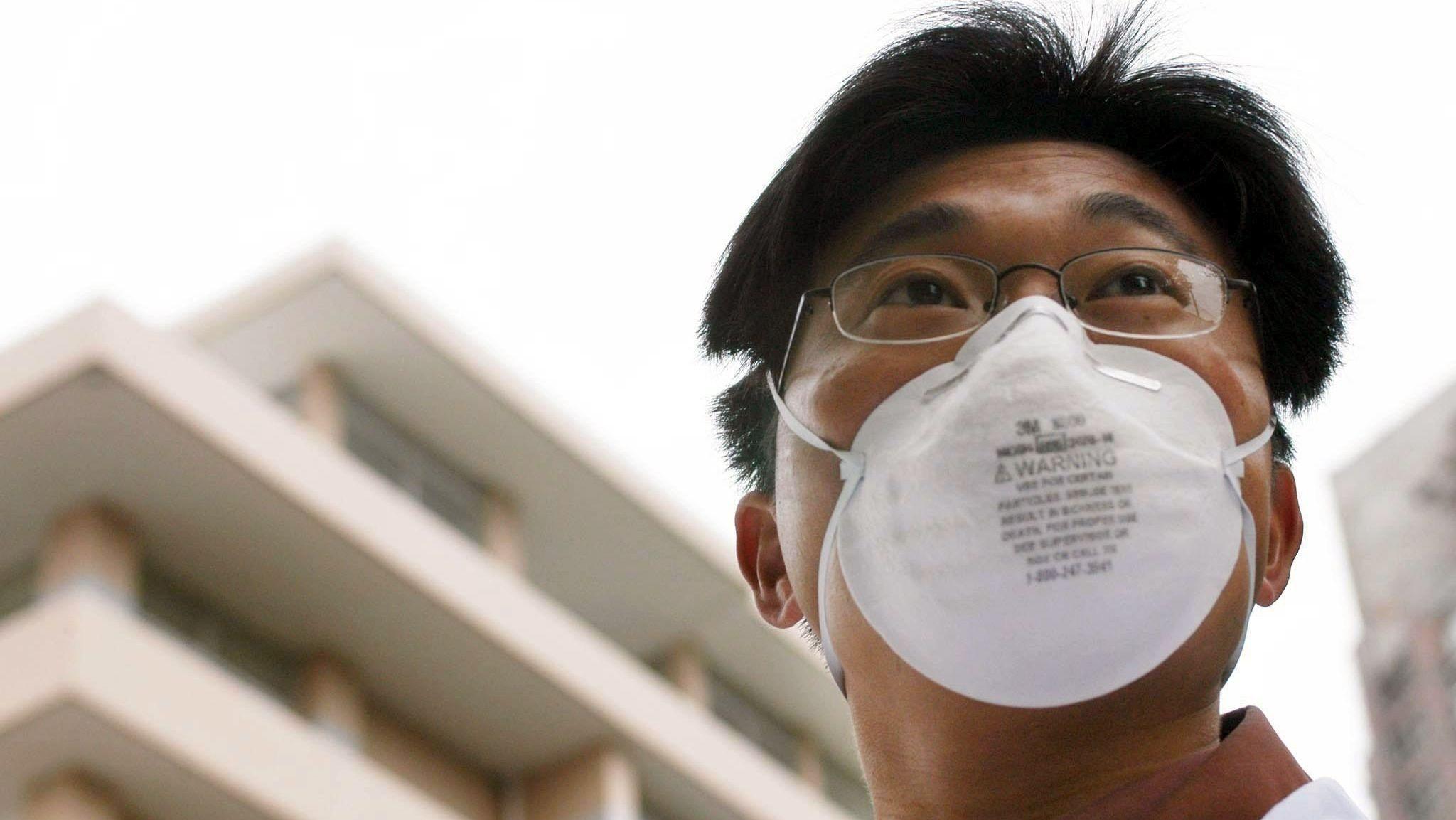 Medizinischer Angestellter vor einem Lungenkrankenhaus