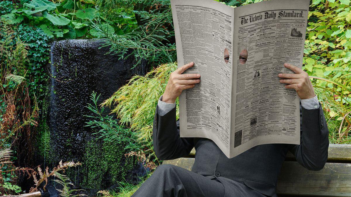 Ein Mann auf einer Parkbank  hinter einer Zeitung versteckt, durch die er guckt: Rodney Graham, Newspaper Man, 2017