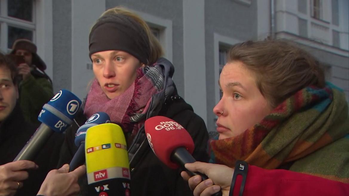 Die beiden Studentinnen hatten aus der Mülltonne eines Supermarktes noch genießbare Lebensmittel entwendet und standen heute vor Gericht.