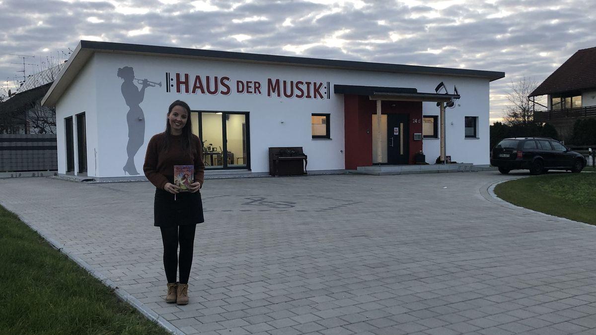 Karin Obermaier vor ihrer Musikschule