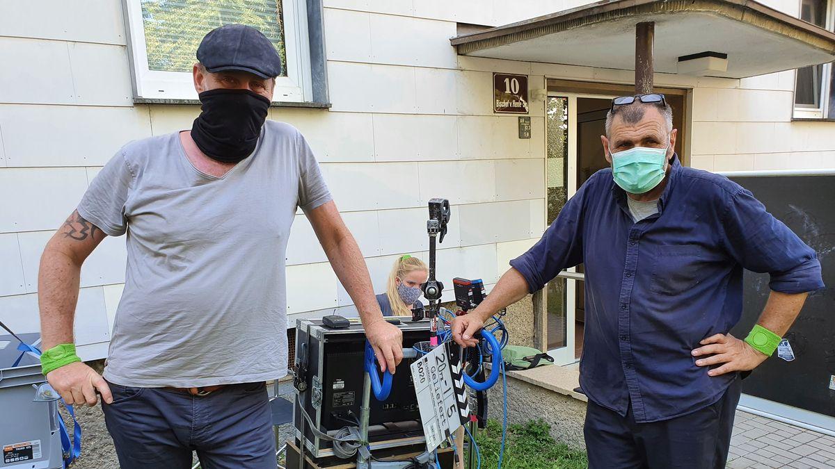 Teil der Film-Crew, mit einem grünen Armband. Das bedeutet: sie haben am Set engen Kontakt zu anderen Menschen