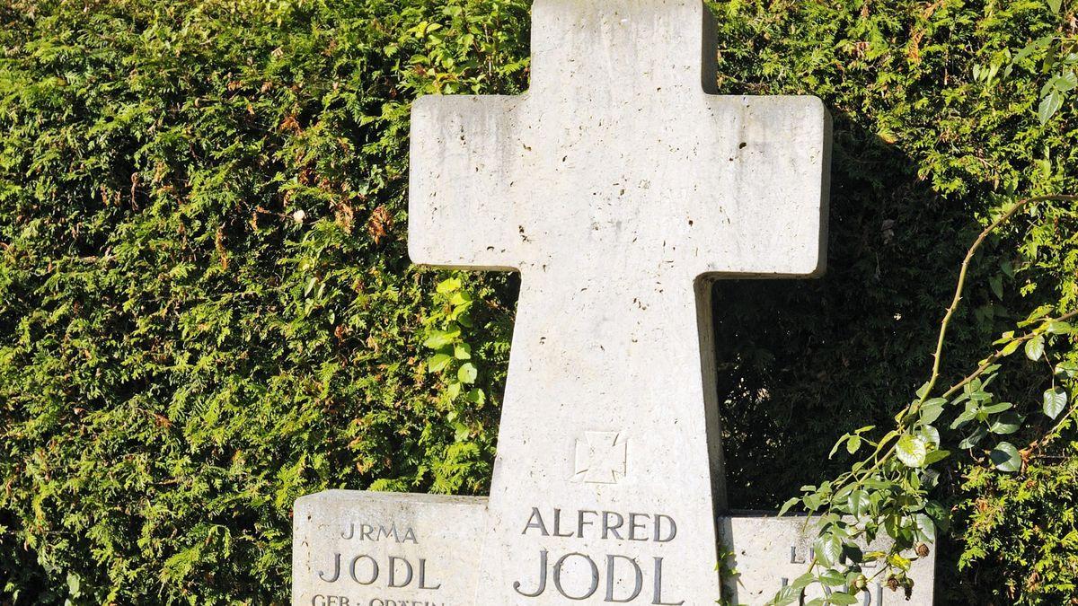 Gedenkkreuz für Generaloberst Alfred Jodl, in der NS-Zeit Chef des Wehrmachtführungsstab im Oberkommando der Wehrmacht, auf Frauenwörth 2015.