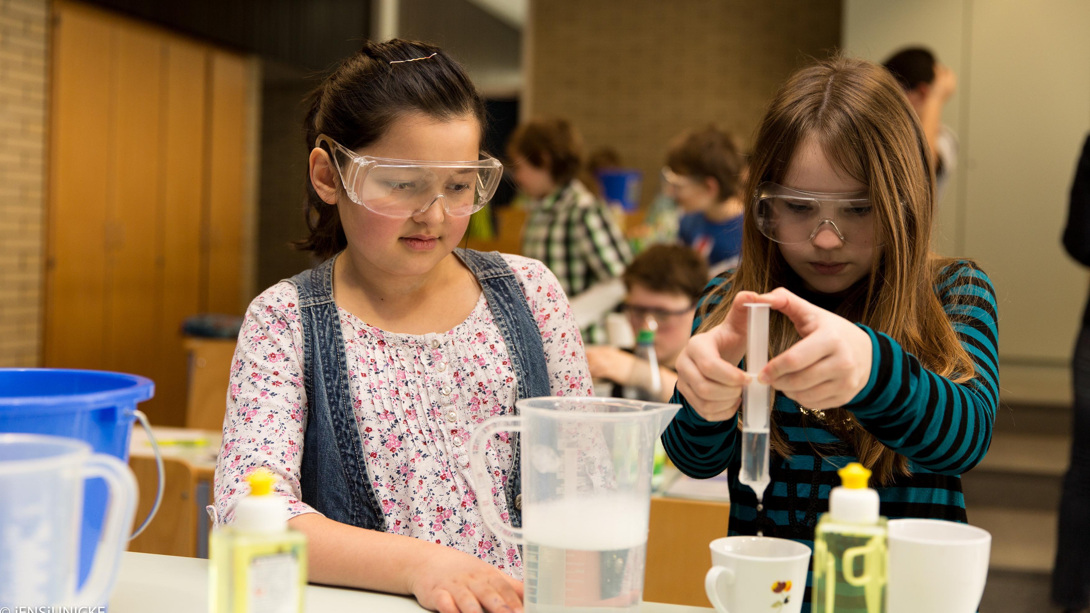 Schüler experimentieren - Jugend forscht (Symbolbild)