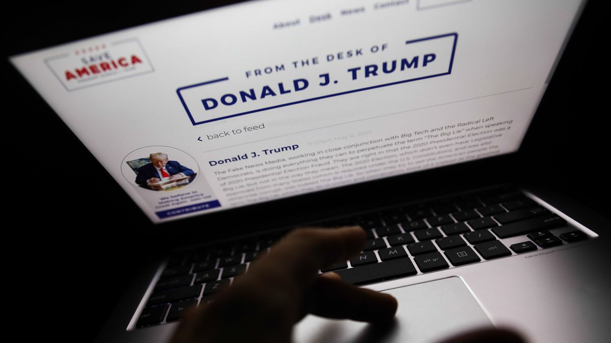 """From the Desk of Donald J Trump"" auf Bildschirm"