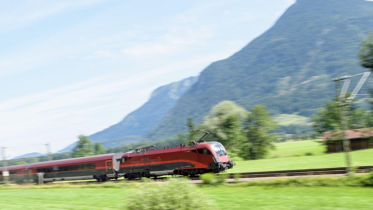 Ein Zug der Österreichischen Bundesbahnen (ÖBB) fährt über die Gleise der Bahntrasse durch das Inntal zwischen Rosenheim und Kufstein.