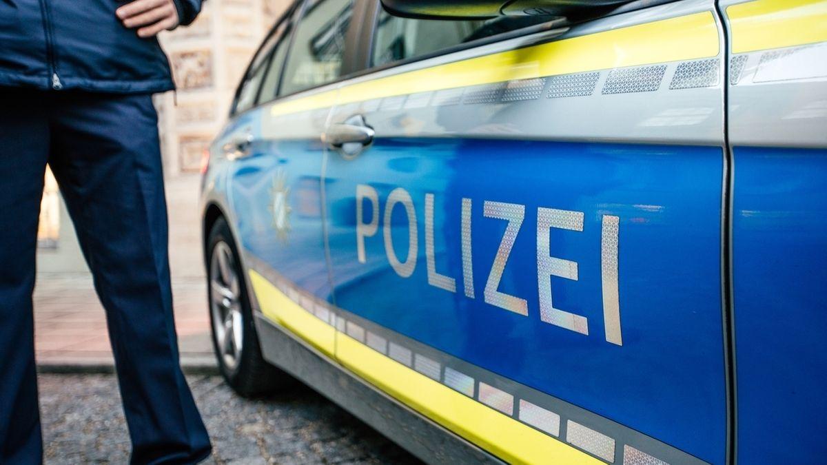 Polizeibeamter und Dienstwagen
