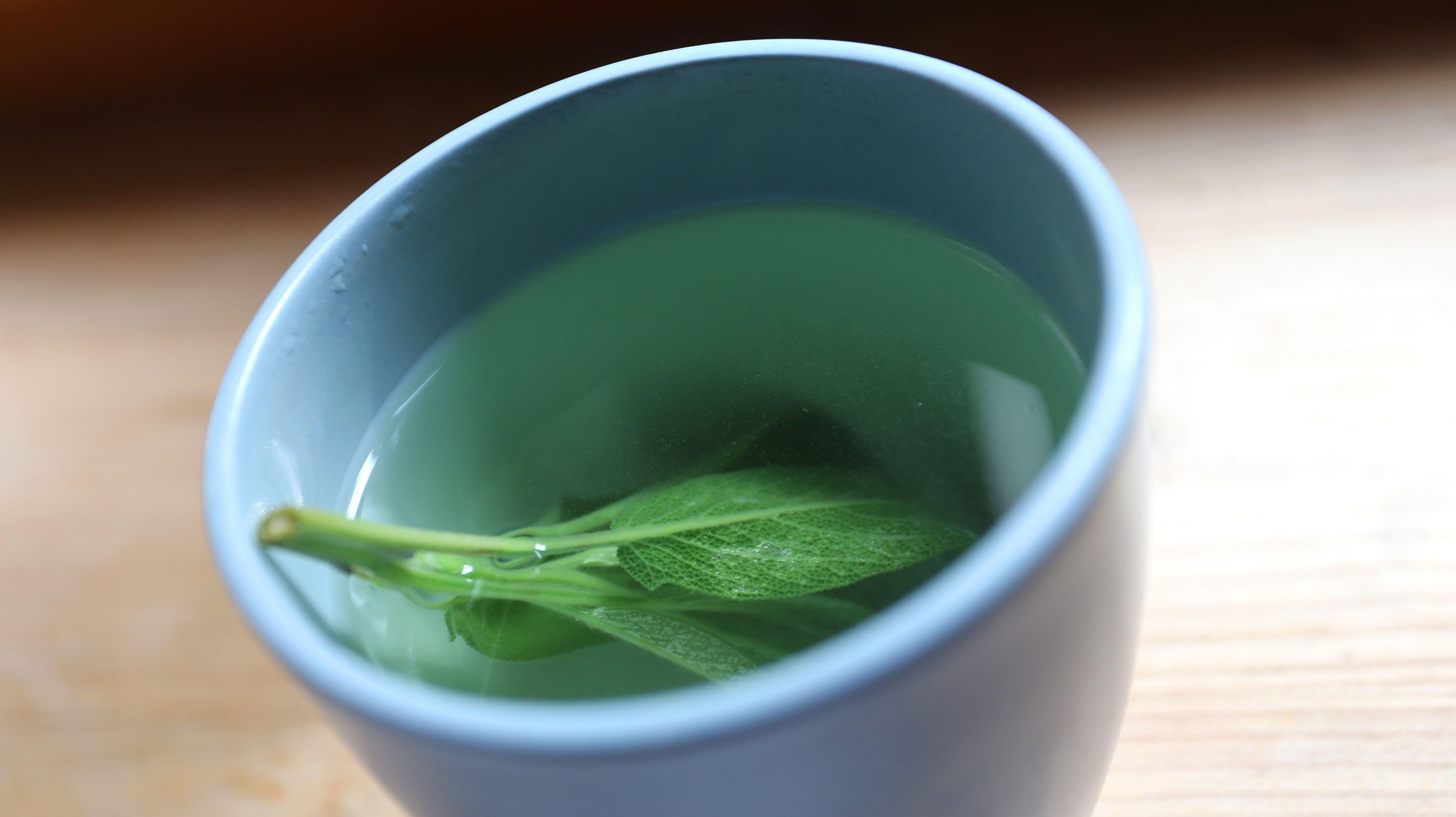 Salbeiblätter in einer Tasse mit Wasser