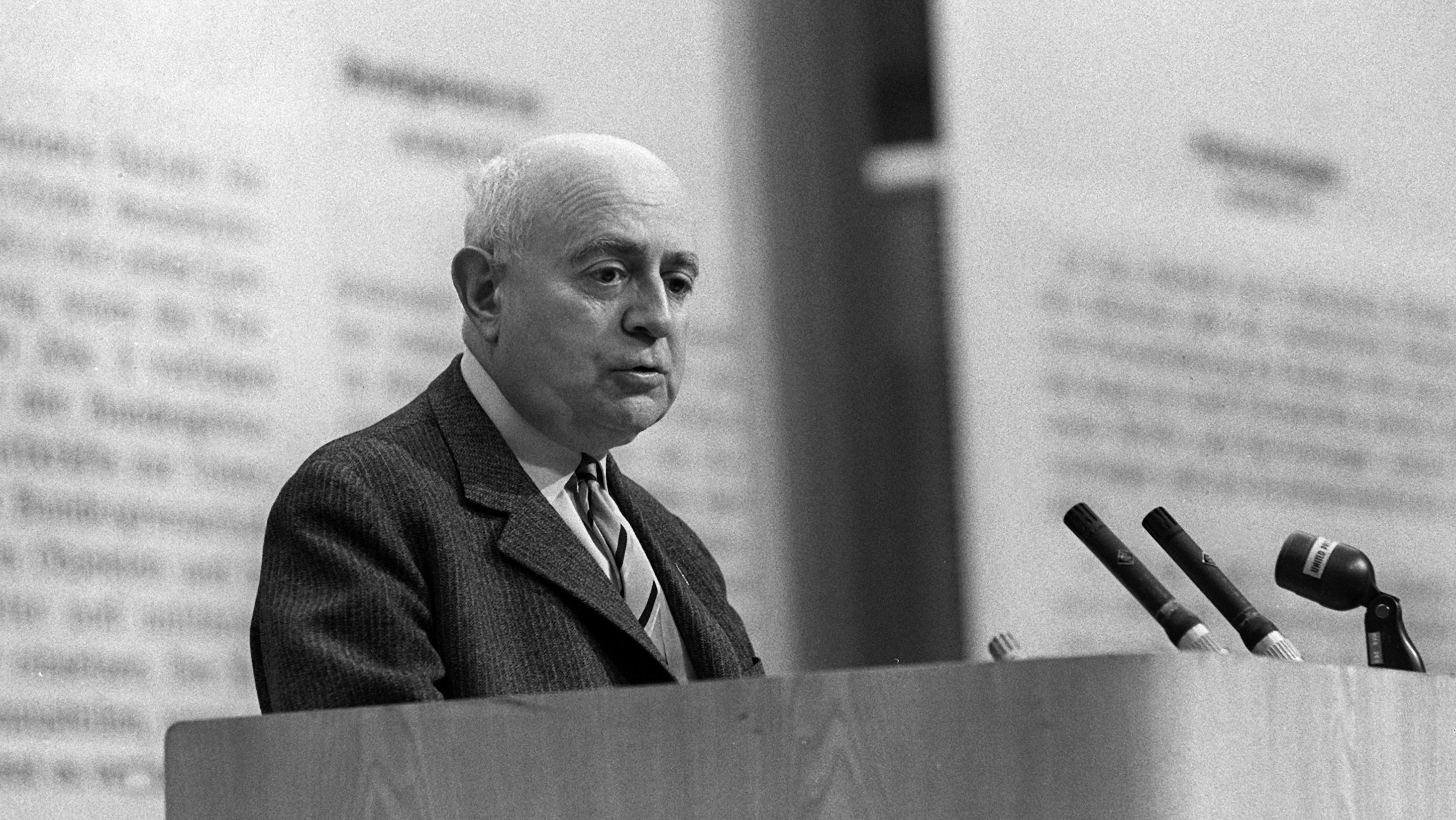Theodor W. Adorno im Mai 1968 bei einer Veranstaltung gegen die Notstandsgesetzgebung im Großen Sendesaal des Hessischen Rundfunks in Frankfurt am Main