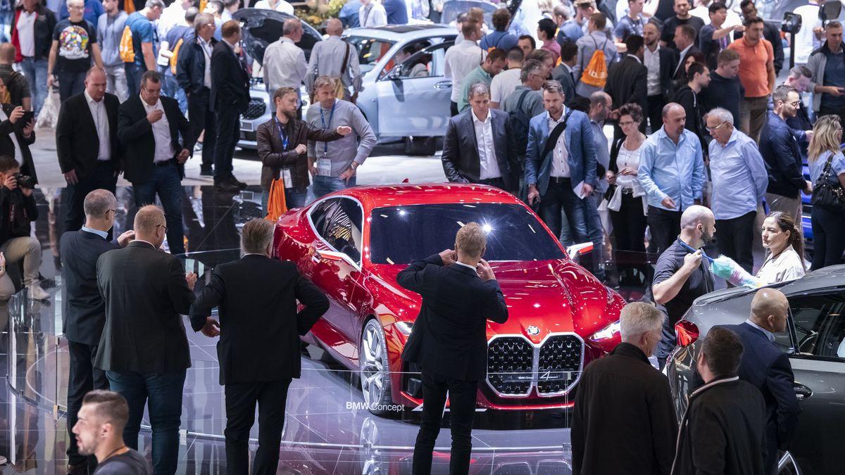 Messebesucher der IAA schauen sich auf dem Messestand von BMW das Concept 4 Fahrzeug an.