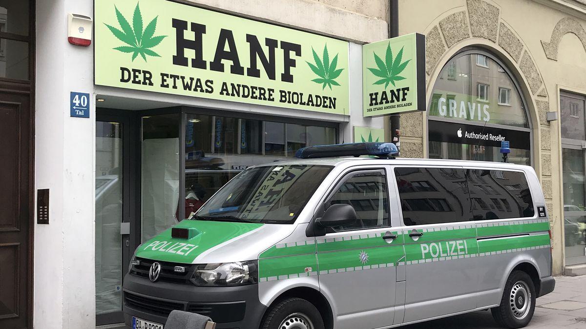 Ein Polizeifahrzeug steht im April 2019 vor einem Münchner Geschäft für Hanf-Produkte.