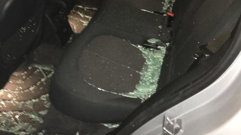 Glas im Inneren des Polizeiwagens.
