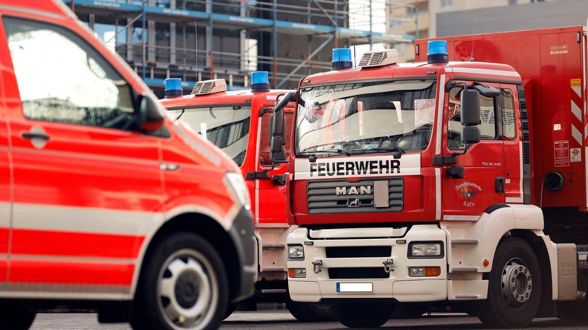 Feuerwehrfahrzeuge bei einem Einsatz. (Symbolbild)