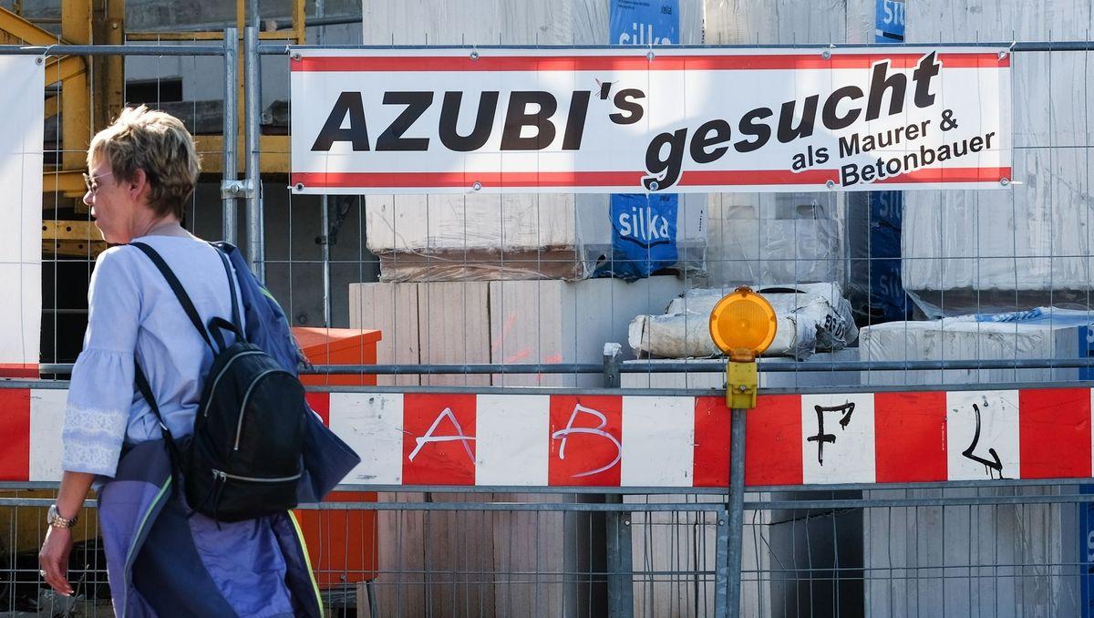 """""""Azubis gesucht"""" steht auf einem Plakat einer Baufirma"""