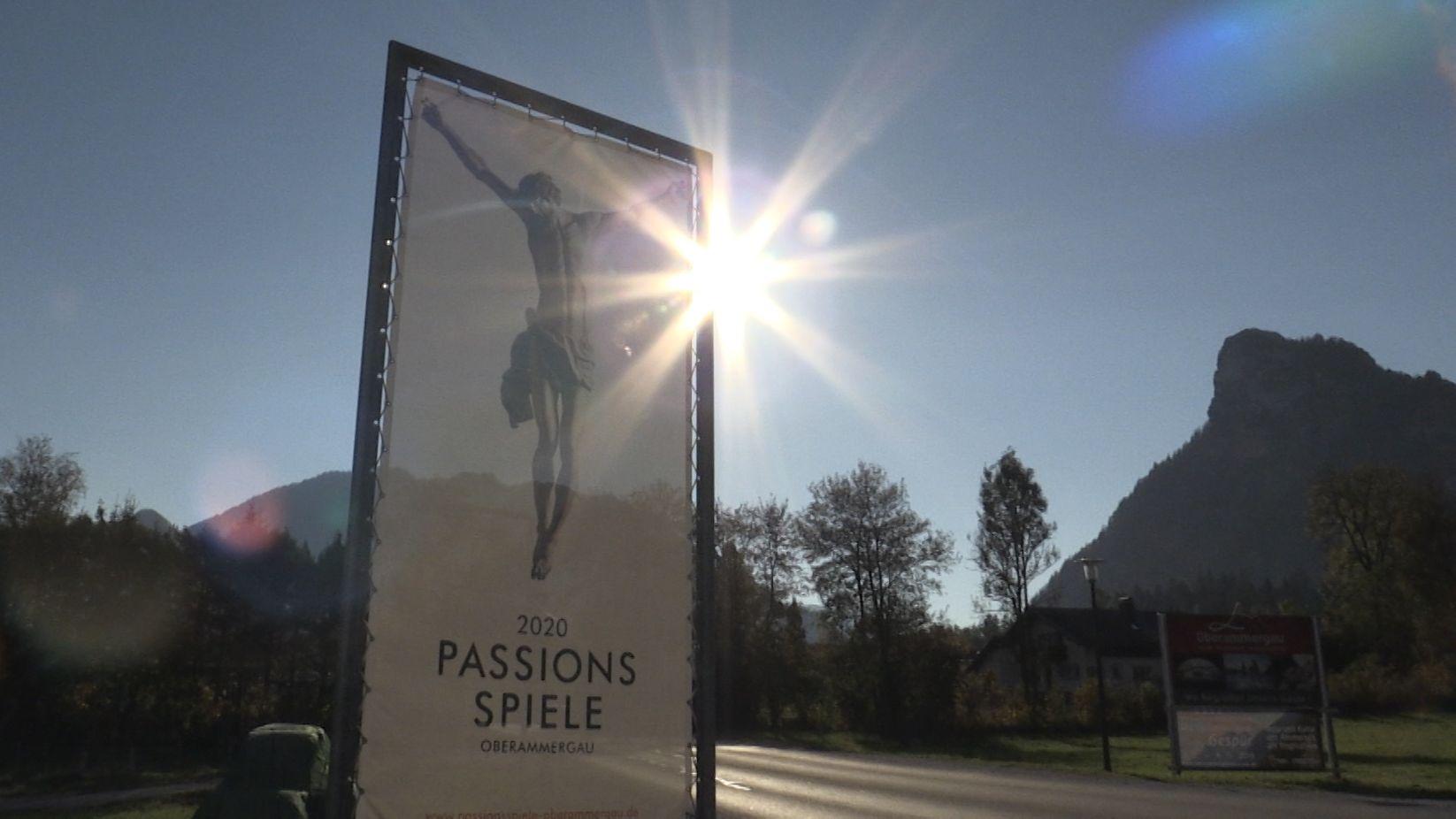 Ein Plakat in Oberammergau kündigt die Passionsspiele 2020 an.