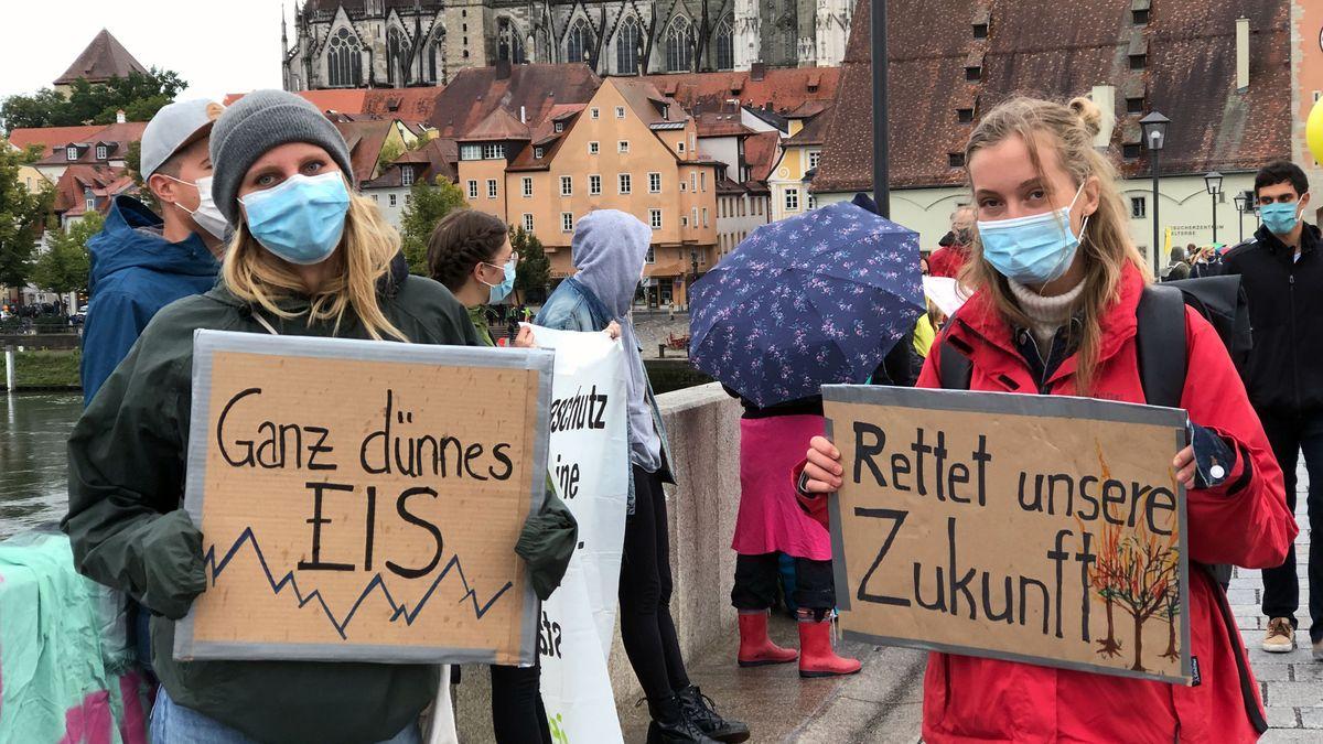 Demonstrantinnen auf der Steinernen Brücke
