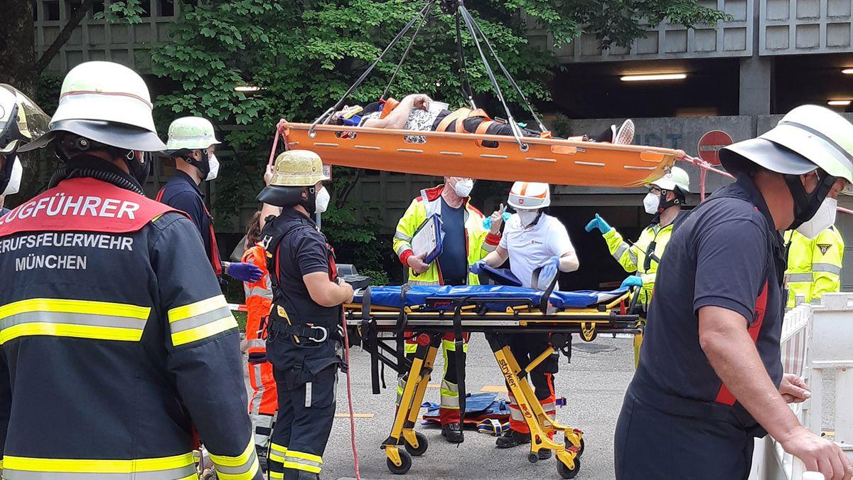 Feuerwehreinsatz in München-Ramersdorf am 04.06.2021: Rettung einer abgestürzten Radlerin.