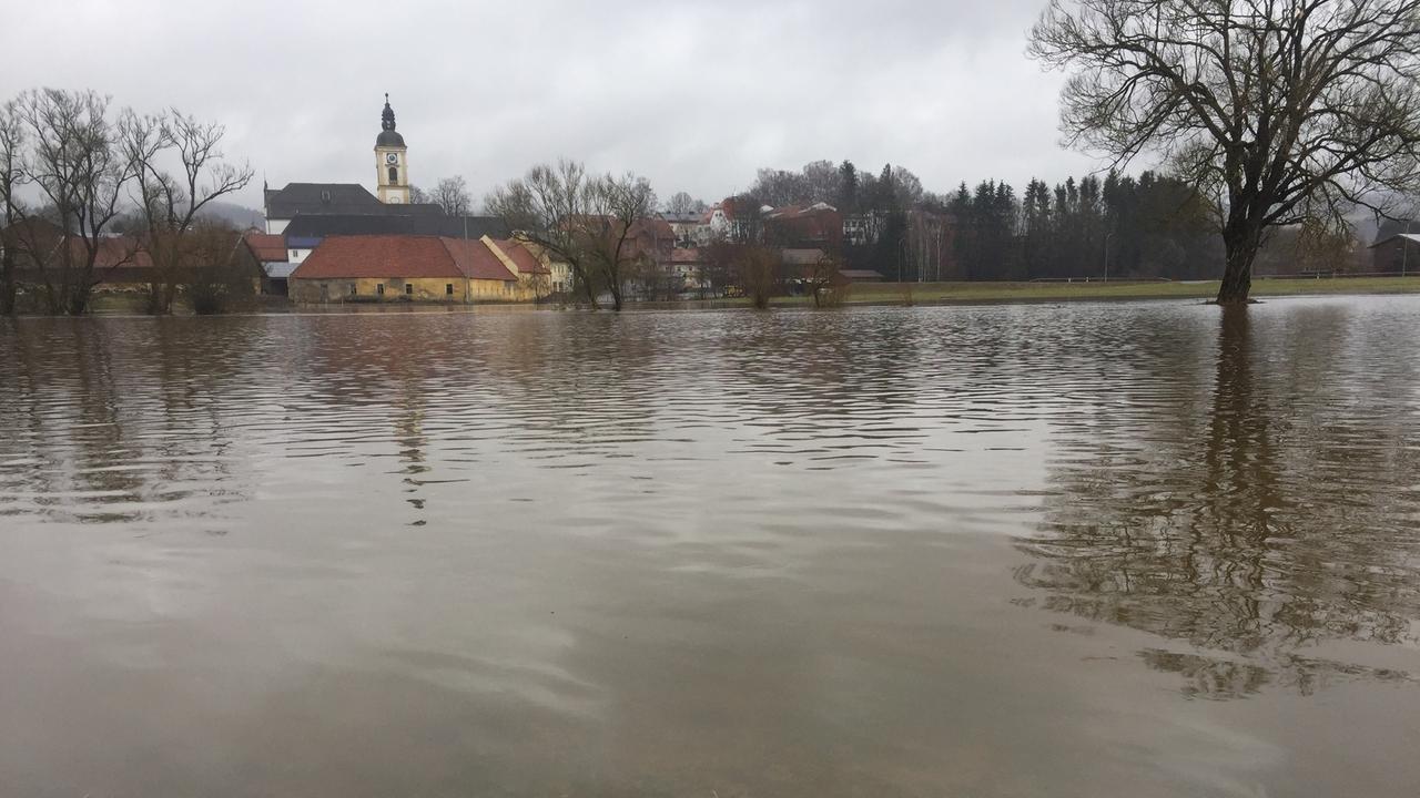 Ein See, wo normalerweise keiner ist: Hochwasser bei Rinchnach im Kreis Regen
