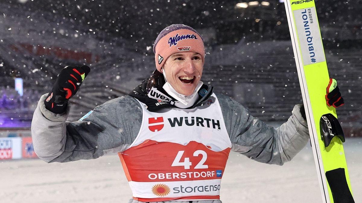 Karl Geiger freut sich über die Bronzemedaille von der Großschanze.